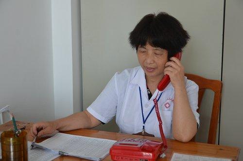 人员钟德坤在对出院病人进行电话回访)-电话回访,让关爱从空中传
